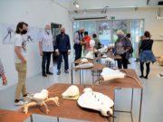 Die Besucher der Galerie Kirschey sind begeistert von Berthold Welters Steinobjekten. Der Künstler muss eine Vielzahl von Fragen beantworten. (Foto: © Martina Hörle)