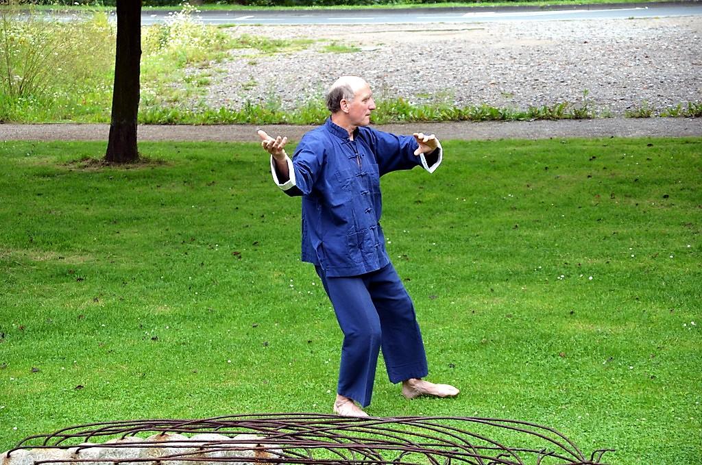 Berthold Welter zeigt den Besuchern der Galerie Kirschey als Kostprobe ein paar Übungen des Tai Chi. (Foto: © Martina Hörle)