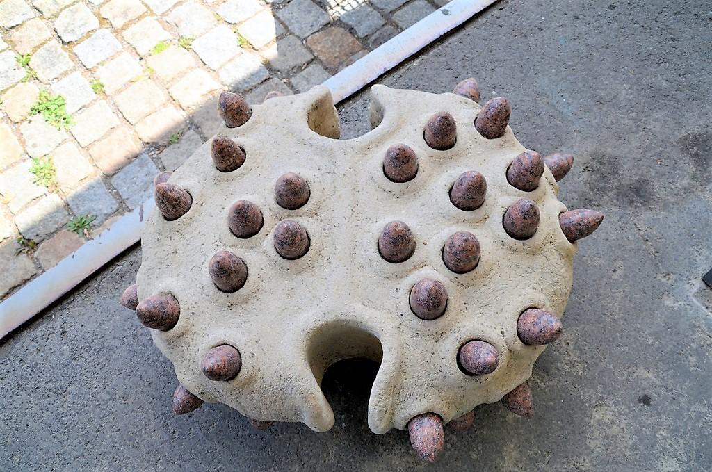 Der große Brocken aus Muschelkalk ist gespickt mit roten Granitstücken. Dieser Granit stammte ursprünglich aus einer Grabumrandung. (Foto: © Martina Hörle)