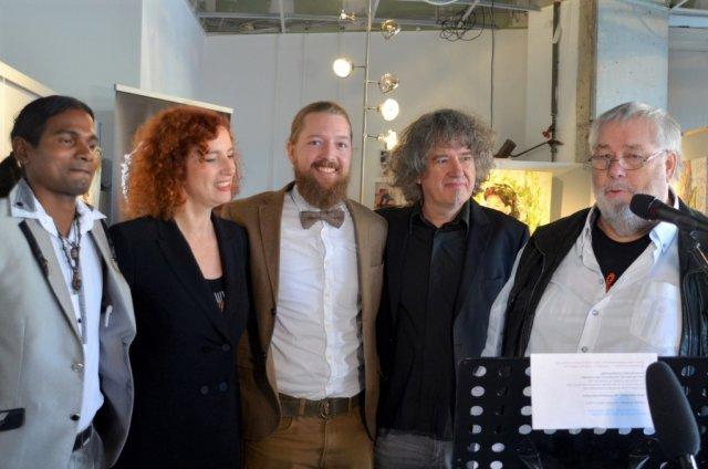Freuen sich über die gelungene Vernissage, v. li. Anand Dwarka, Gloria Göllmann, Daniel Spellan, Frank Göllmann, Hans-Georg Wenke. (Foto: © Martina Hörle)
