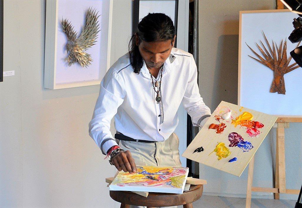 Zu den Klängen des Donauwalzers malt Anand Dwarka in Windeseile mit Messertechnik ein farbenfrohes Bild aus Acryl auf Leinwand. (Foto: © Martina Hörle)