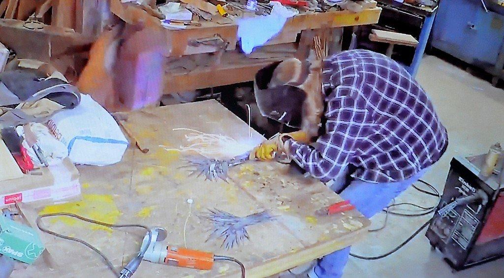 In kurzen Videosequenzen zeigt Daniel Spellan, wie er in seiner Werkstatt aus dünnen Blechen extravagante Objekte erschafft. (Foto: © Martina Hörle)