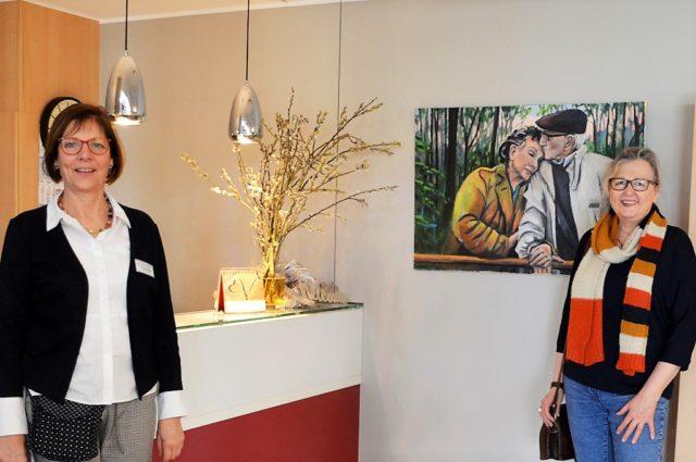 Christiane Schulze (li.), Einrichtungsleiterin des Gerhard-Berting-Hauses, freut sich riesig über die Bildspende von Künstlerin Kristina Eckel. Das Werk hat seinen festen Platz in der Empfangshalle gefunden, wo es von jedem gesehen werden kann. (Foto: © Martina Hörle)