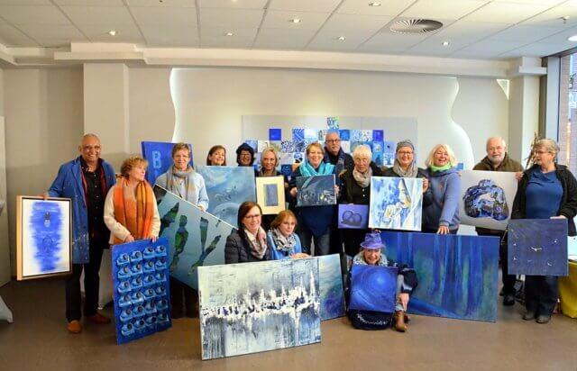 """Erste öffentliche Präsentation der Künstler mit ihrer Aktion """"Blaue Kunst gegen dumpfen Sumpf"""". (Foto: © Martina Hörle)"""