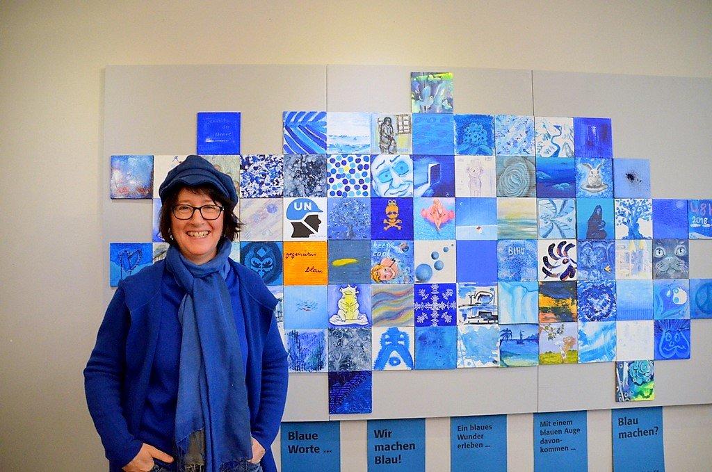 Künstlerin Heike Ponge hat sich mit ihrer blauen Collage, die beim 48 h Kunst- und Kulturfestival entstanden ist, sofort in die Aktion eingereiht. (Foto: © Martina Hörle)