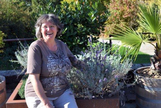 Carmen Dörner ist sehr glücklich, dass sie im Botanischen Garten ihre vielen Interessen verknüpfen kann. (Foto: © Martina Hörle)