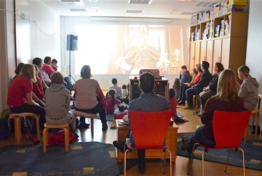 Beim heutigen Weihnachts-Cineminni waren rund 50 Kinder gekommen und warteten gespannt auf den ausgesuchten Film. (Foto: © Martina Hörle)