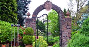 Dieser einzigartige Eingang führt in den Torgarten, in dessen Mitte eine große Amphore als Blickfang steht. Im Garten Ulbrich gibt es elf Gartenzimmer, jedes mit einem eigenen Thema. (Foto: © Martina Hörle)