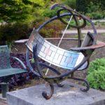Wie der Spender es gewünscht hat, steht die Skulptur in der Nähe der Sonnenuhr. (Foto: © Martina Hörle)