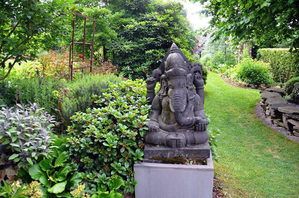 Viele eindrucksvolle Skulpturen bieten einen besonderen Blickfang. Hier bewacht Ganesha, der Hindugott mit dem Elefantenkopf, den Weg. (Foto: © Martina Hörle)