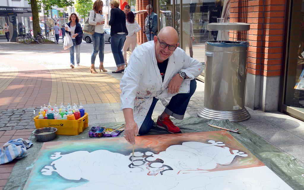 """Stefan Seeger ließ beim Live-Painting vier gekrönte Frösche entstehen. Seeger malt immer in Mischfarben. """"Reine Farben gibt es in der Natur nicht"""", sagt der Künstler. (Foto: © Martina Hörle)"""