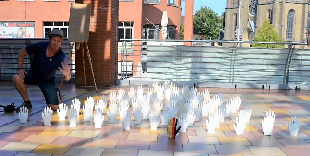 70 Hände aus Beton umrahmen das Grundgesetz. Ralf Buchholz von NEANDERARTgroup zeigte seine Installation erstmals beim 48 h-Event. (Foto: © Martina Hörle)