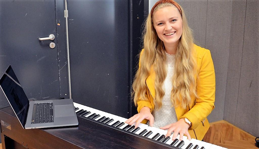 Die Singer-Songwriterin Luisa Skrabic hat bereits einige Chorprojekte an Schulen umgesetzt. Die digitale Variante ist auch für sie eine Herausforderung. (Foto: © Martina Hörle)