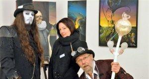 Stephen William Brown-Boyd, Stefanie Schürmann und Lothar Ruthmann (v. li.) freuen sich über die neue Ausstellung. (Foto: © Martina Hörle)