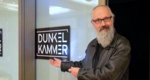 Wolfgang Vomm führte die Besucher mit Taschenlampen durch seine Multimedia-Performance. (Foto: © Martina Hörle)