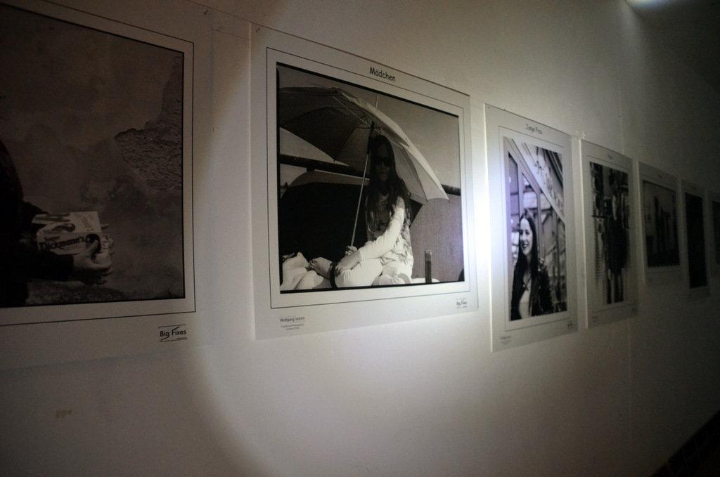 Eine in Schwarz-Weiß gehaltene Bilderreihe veranschaulichte den Werdegang des Menschen vom Säugling bis zum Greis. (Foto: © Martina Hörle)