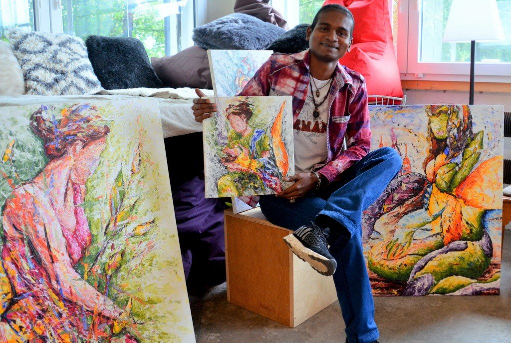 Anand Dwarka hat schon in mehreren Ländern ausgestellt. Er malt abstrakt, aber auch impressionistisch. Seine Bilder entstehen in Messertechnik. (Foto: © Martina Hörle)
