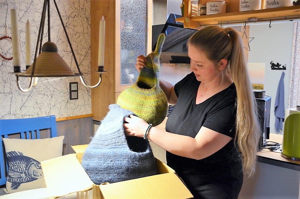 Gerade ist ein Paket mit Spenden angekommen. Eine Handarbeitsgruppe hat Kobel für die Eichhörnchen hergestellt. (Foto: © Martina Hörle)