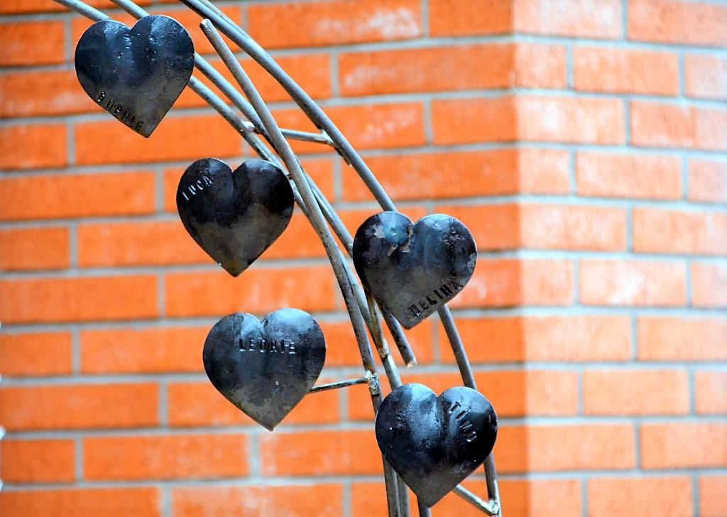 Kunstschmied Michael Bauer-Brandes schmiedete fünf kleine Herzen mit den Namen der toten Kinder und hängte sie an das große Peace-Zeichen. (Foto: © Martina Hörle)