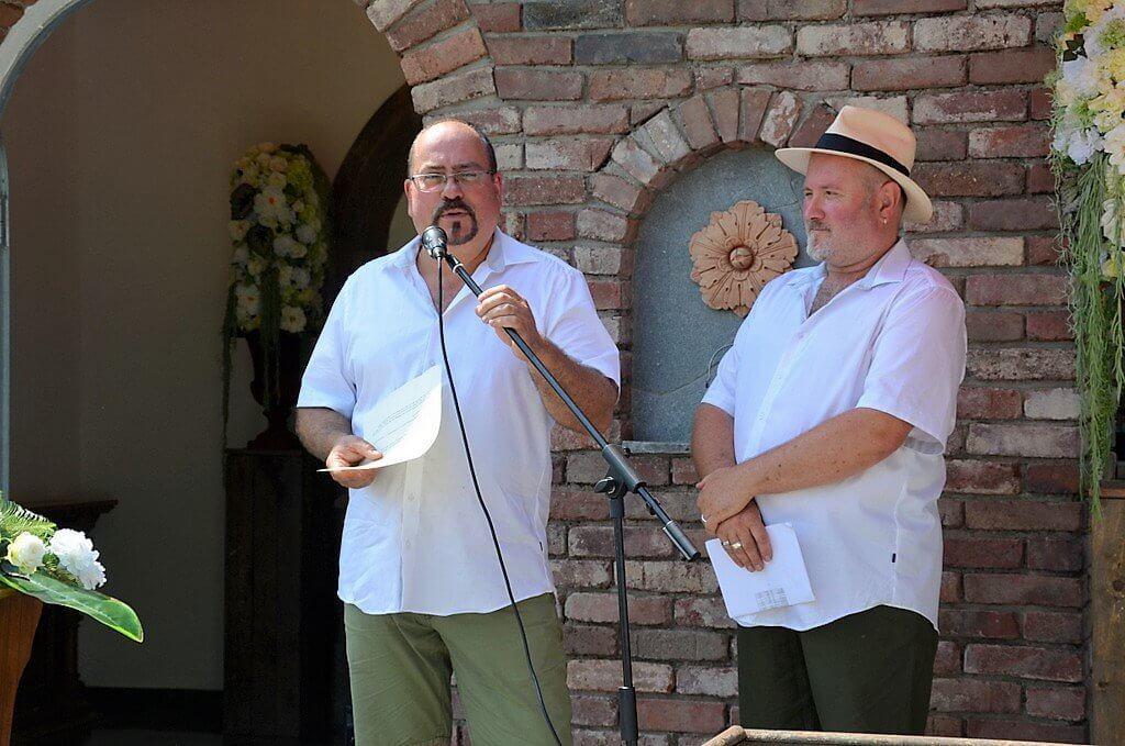Marcus Vogel (li.) und Thorsten Ulbrich hießen die Gäste bei strahlendem Sonnenschein herzlich willkommen. (Foto: © Martina Hörle)