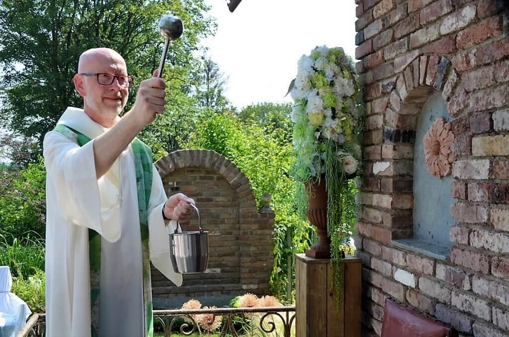 Pater Gerd Hemken war extra aus Neustadt angereist, um die Kapelle zu weihen. (Foto: © Martina Hörle)