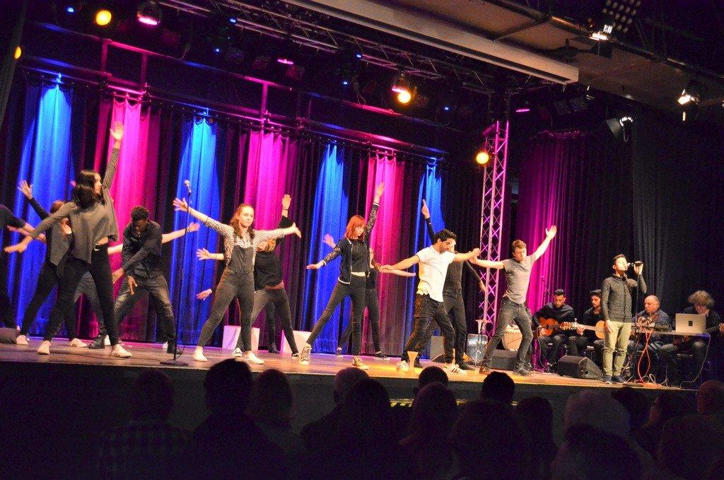 Den jugendlichen Akteuren des Ensembles We perform war ihre Freude am Spiel deutlich anzusehen. (Foto: © Martina Hörle)