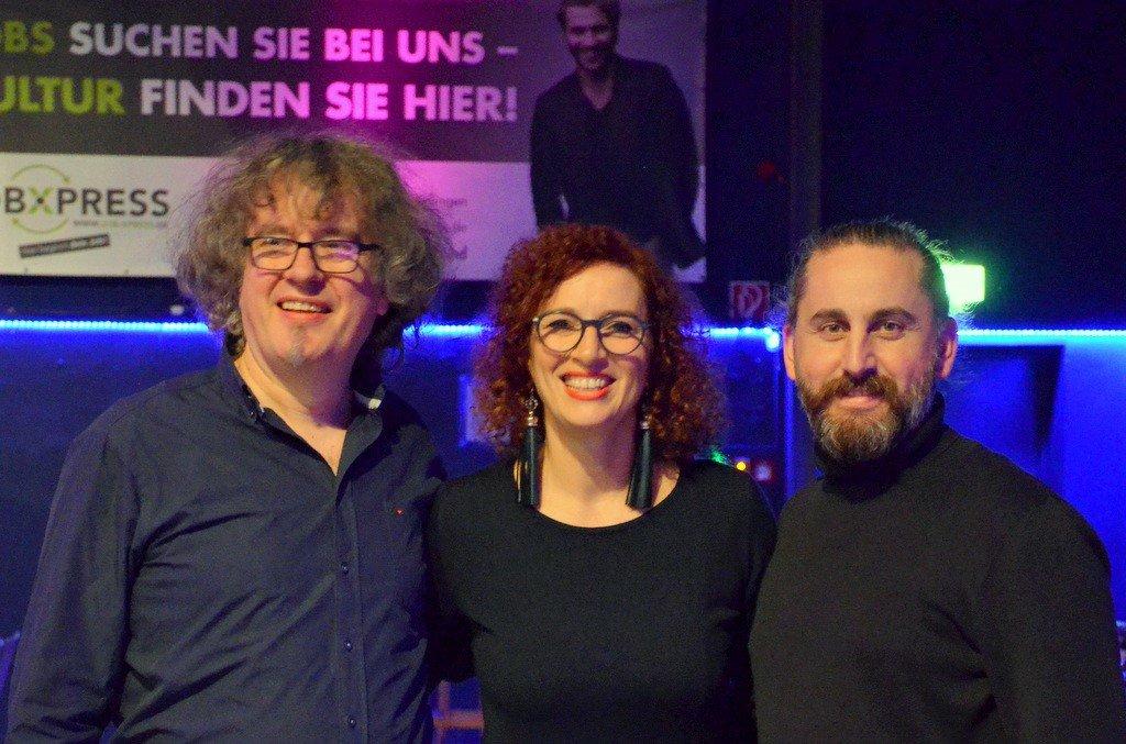 Freuen sich über den Erfolg des Musicals (v. li. Frank Göllmann - musikalischer Leiter, Gloria Göllmann - Projektleiterin, Hüsnü Turan - Choreograf und Regisseur) (Foto: © Martina Hörle)