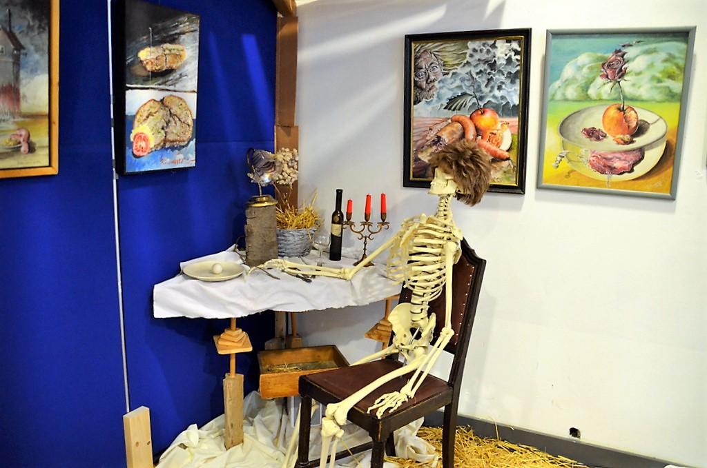 """Die Installation """"Essen und Trinken"""" bietet reichliche Interpretationsmöglichkeiten. (Foto: © Martina Hörle)"""
