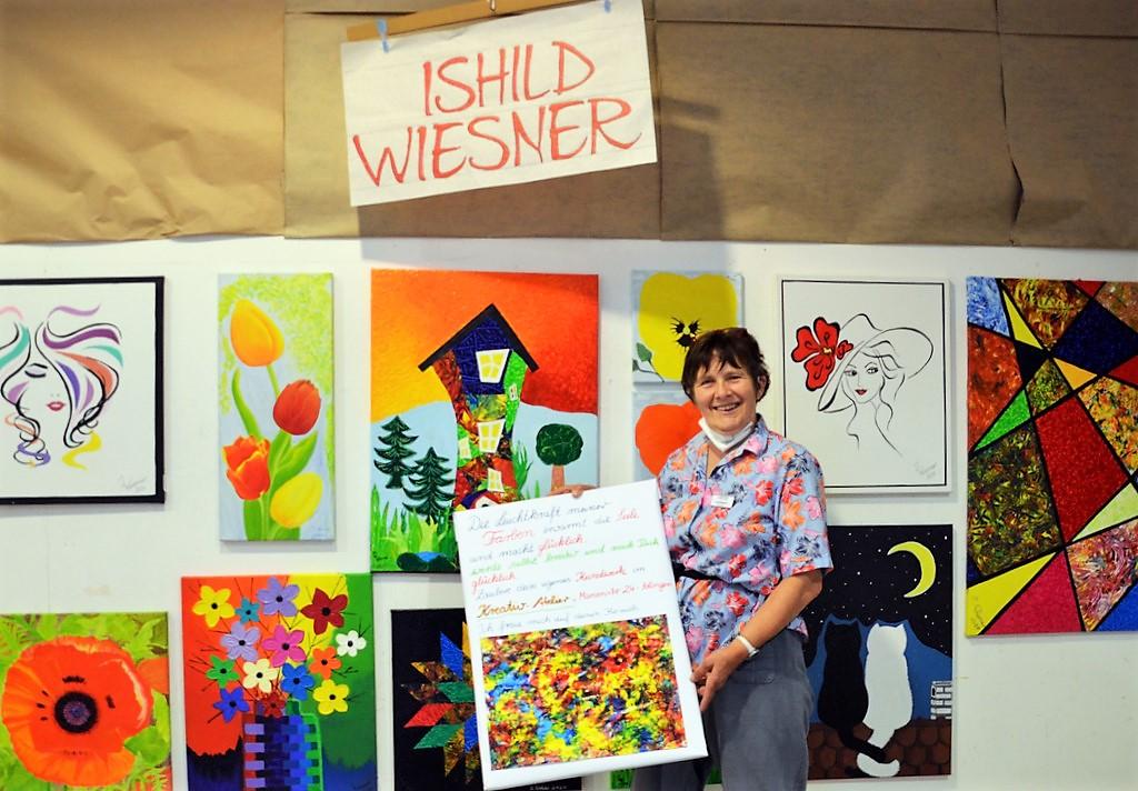 Ishild Wiesner zeigt lebhafte und farbenfrohe Werke, die sie mit ihrer Murmeltechnik kreiert hat. (Foto: © Martina Hörle)