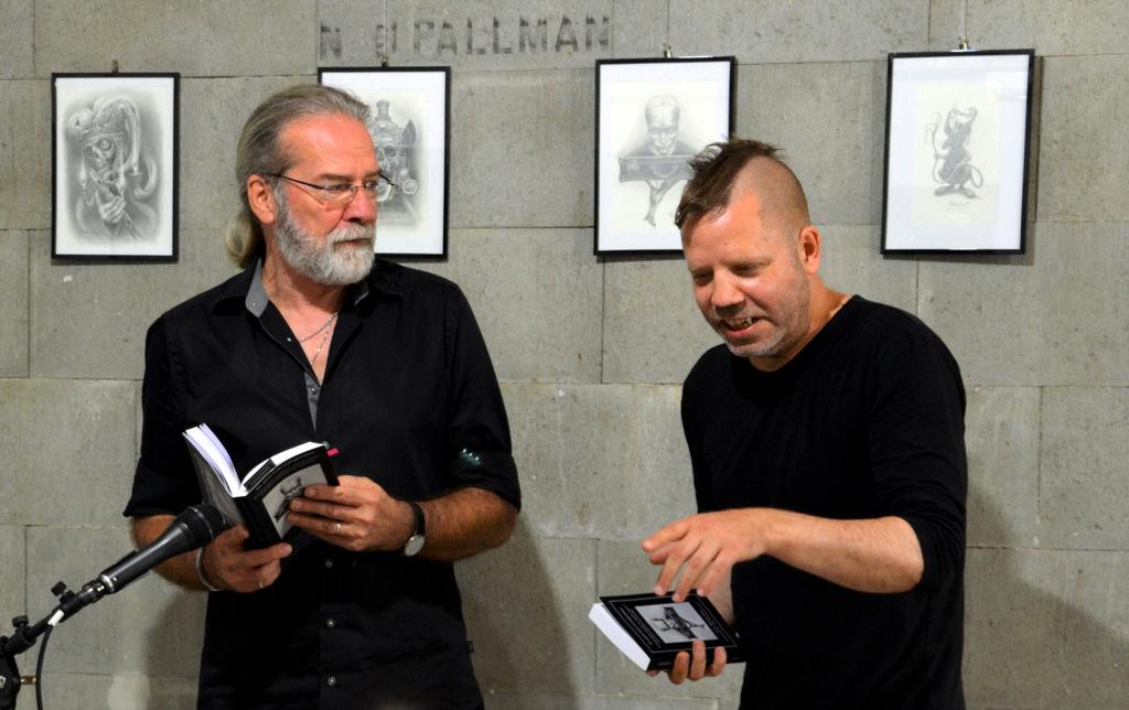 """Die Geschichte """"Wer lesen kann..."""", von Ingo Schleutermann und Marcel Lamour im Wechsel vorgetragen, sorgte für ein überraschendes Ende. (Foto: © SolingenMagazin)"""