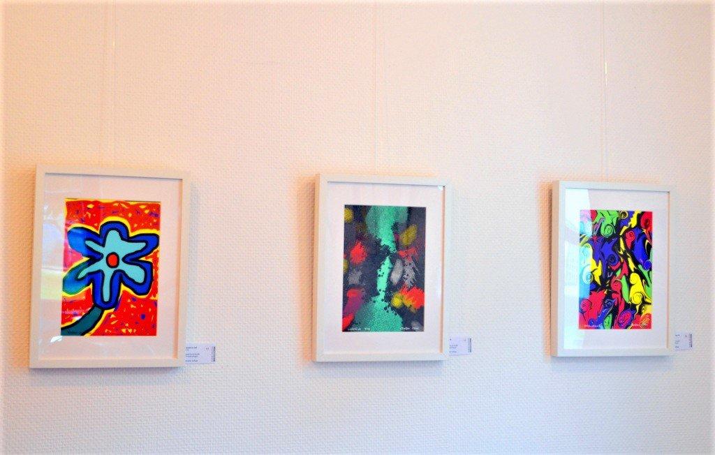 Klaus Dreikausen zeigt in seinen farbenfrohen Werken einen kleinen Ausschnitt seiner künstlerischen Bandbreite. (Foto: © Martina Hörle)
