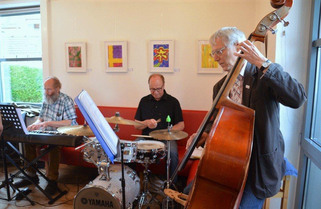 Das Schmidt-Lindner-Trio (v. li. Martin Schmidt, Jürgen Schmidt, Paul Lindner) sorgt mit schwungvollem Jazz für eine tolle Stimmung. (Foto: © Martina Hörle)