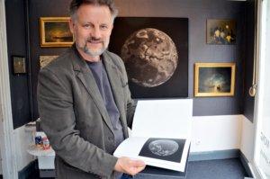 Dirk Balke zeigt in der Ausstellung auch den Bildband von Nadine Schlieper und Robert Pufleb. Die beiden Künstler haben 2017 für ihr Werk den Vienna Photobook Award gewonnen. (Foto: © Martina Hörle)