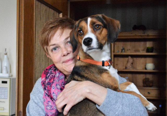 Carola Horlemann ist eines der Gründungsmitglieder der Fellfreunde. Hier ist sie zusammen mit der zweijährigen Emily, einem Beagle-Dackel-Bracke-Mix. (Foto: © Martina Hörle)