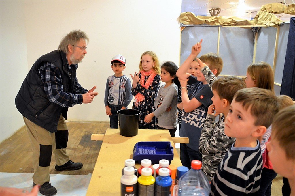 Lothar Ruthmann sammelt alle Ideen der Kinder. Die liefern eine Fülle an Vorschlägen. (Foto: © Martina Hörle)