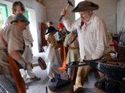 Beim historischen Ferienspiel schlüpfen alle Teilnehmer in historische Gewänder. Diesmal geht es ins Jahr 1851. In der alten Schmiede wird unermüdlich gearbeitet. (Foto: © Martina Hörle)