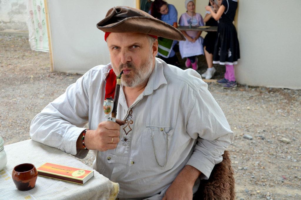 Museumspädagoge Olaf Fabian-Knopges, Leiter der Ferienveranstaltung, verkörpert den Schmied Heinrich Küller. (Foto: © Martina Hörle)