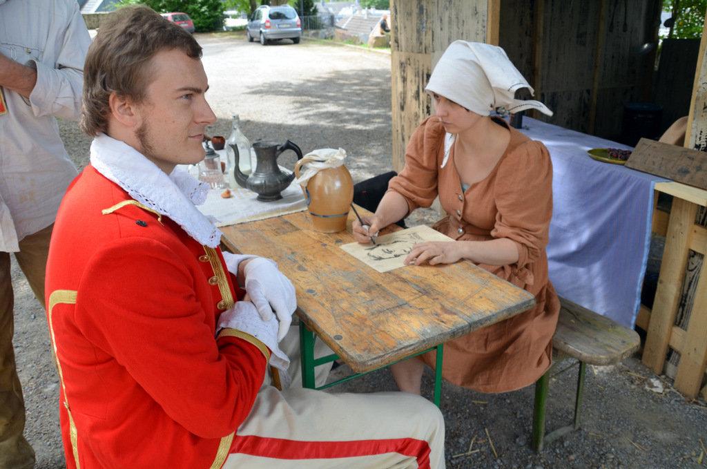 Augenarzt Friedrich Hermann de Leuw lässt sich von der Künstlerin Frau Konstanze porträtieren. (Foto: © Martina Hörle)