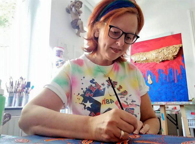 Mehr als nur schöne Bilder malen – das ist das Anliegen der Künstlerin und Kreativ-Therapeutin Fia Biba. (Foto: © Fia Biba)