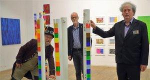 Lothar Ruthmann freut sich über die beiden neuen Gastkünstler, die seit dem letzten Wochenende ihre Werke in der Galerie Ruthmann Surreal zeigen. (v. li. Lothar Ruthmann, Klaus Dreikausen, Thomas Siefer) (Foto: © Martina Hörle)