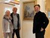 Die Ausstellung mit Werken des Künstlers Friedrich August de Leuw, von Kurator Dirk Balke (re.) organisiert, ist im Fach-Werk-Haus am Küllersberg 3 in Gräfrath zu besichtigen. Das Ehepaar Susanne und Edgar Rixen hatte das Gebäude im Jahr 2007 aufwändig sanieren lassen und jetzt für die Bildersammlung zur Verfügung gestellt. (Foto: © Martina Hörle)