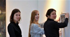 """Meret Held, Marleen Müller und Julia Wilczewski präsentieren ihre Werke in der Galerie Kirschey. Titel der Ausstellung """"Futur Tier"""". (Foto: © Martina Hörle)"""