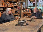 In seinem neuen Projekt interviewt Ingo Schleutermann seine Künstlerkollegen aus den Güterhallen. Hier ist er im Gespräch mit Peter Amann (li.) vom Atelier Pest-Projekt (Foto: © Martina Hörle)