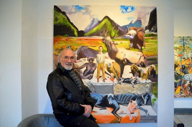 """Helmut Büchter ist Maler und Bildhauer. Der Mettmanner Künstler wollte ursprünglich Illustrator werden. Hinter ihm ist sein Werk """"Wapiti"""" zu sehen. (Foto: © Martina Hörle)"""