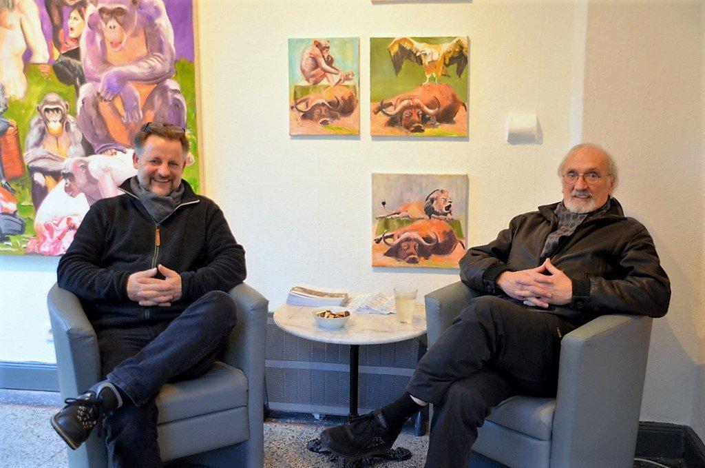 Galerist Dirk Balke (li.) freut sich, dass Helmut Büchter seine Arbeiten erstmals in der Galerie ART-ECK ausstellt. (Foto: © Martina Hörle)