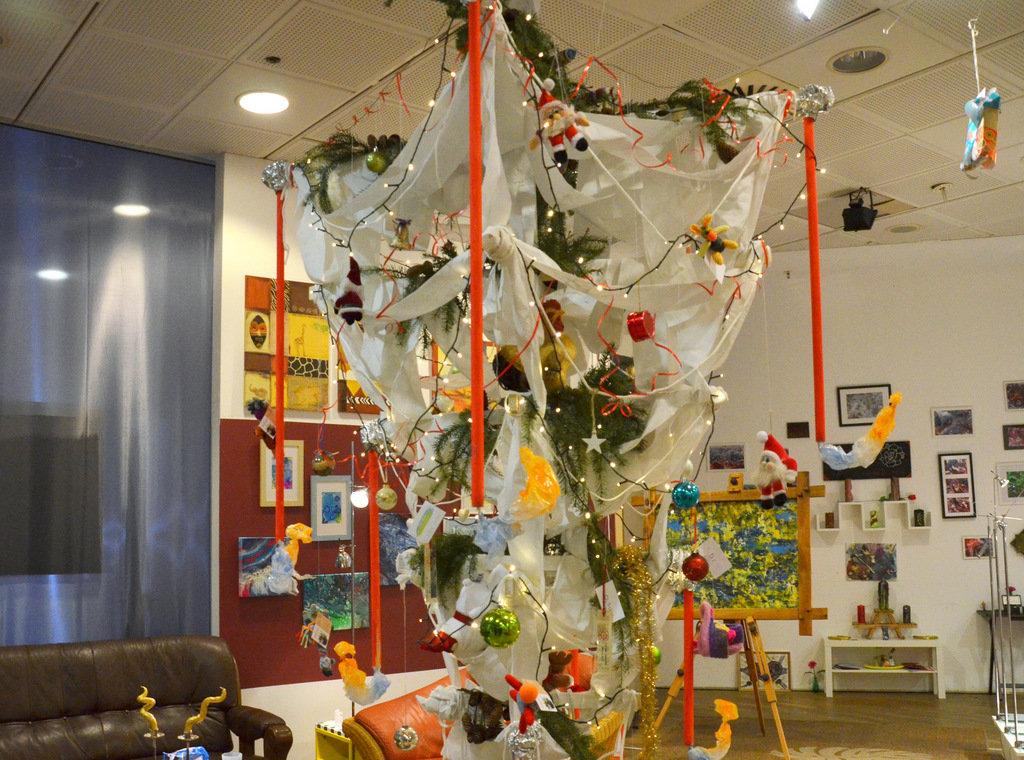 Der von der Decke hängende Weihnachtsbaum wird umfunktioniert und mit allerlei Herzen geschmückt. (Foto. © Martina Hörle)