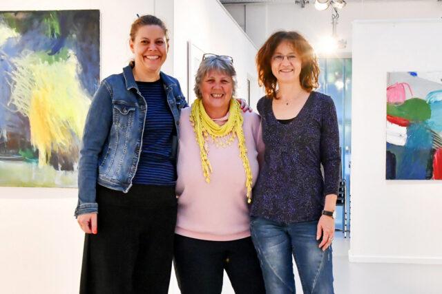 """Die drei Künstlerinnen Isabel Kämpf, Heidi Becker, Rita Viehoff (v. li.) zeigen ab dem kommenden Sonntag ihre Arbeiten unter dem Titel """"TRIVALENT"""" in der Galerie Kirschey. (Foto: © Astrid Kirschey)"""