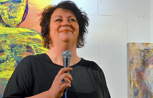 Künstlerin Annelie Döpp zeigt in ihrer ersten großen Ausstellung 30 ihrer vielseitigen Werke. (Foto: © Martina Hörle)