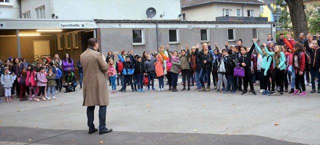 Die Grundschule Katternberg brach mit allen Klassen (250 Schüler) auf ihre Pilgerwanderung nach Altenberg auf. OB Tim Kurzbach war ebenfalls erschienen und verabschiedete die Gruppe auf ihre Tour. (Foto: © Martina Hörle)