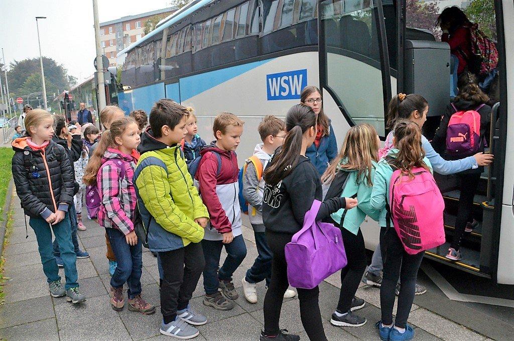 Erwartungsvoll stiegen die Schülerinnen und Schüler in die Busse, die sie zu den Ausgangspunkten bringen sollten. (Foto: © Martina Hörle)